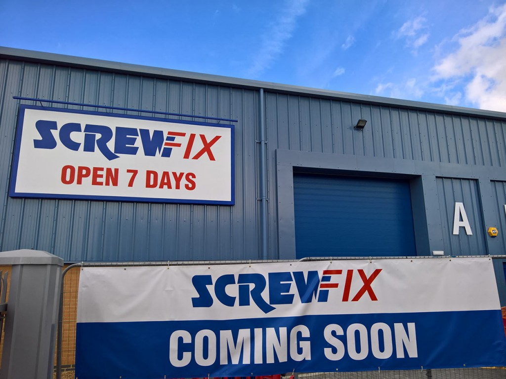 Screwfix-board-and-banner